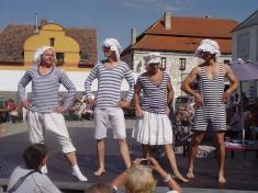 módní přehlídku nakrajkářských slavnostech pojali pánové shumorem